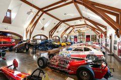 Đại gia xây gara chứa 20 siêu xe và đường đua trong nhà riêng