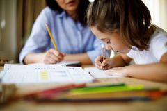 Bà mẹ 'sốc' với thời khoá biểu như học sinh phổ thông của con lớp 4 tuổi