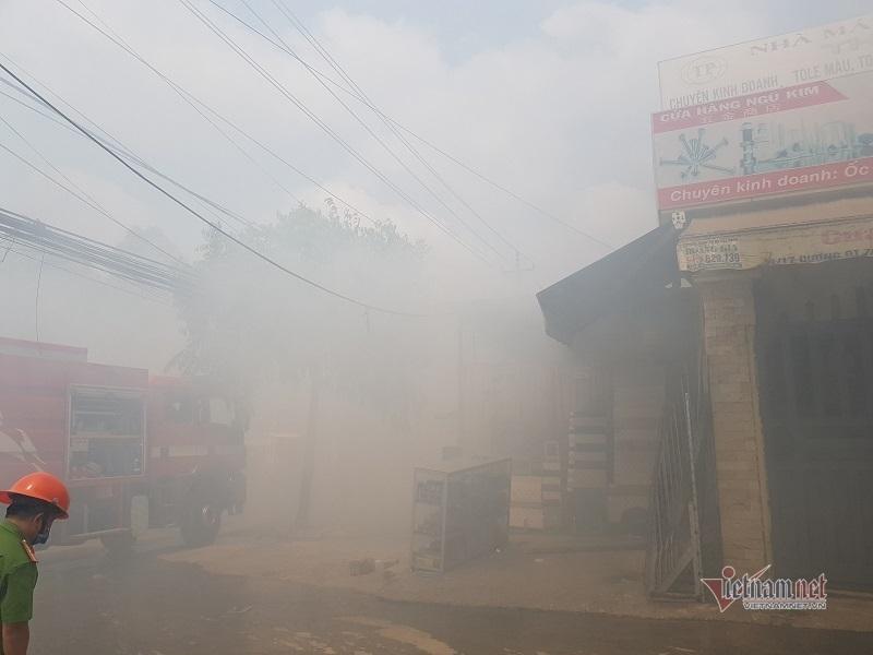 Cháy mù mịt xưởng cơ khí giữa trưa, cả khu phố náo loạn