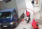 Hà Nội: Mẹ lái xe máy, để con gái rơi ngã trước bánh xe tải