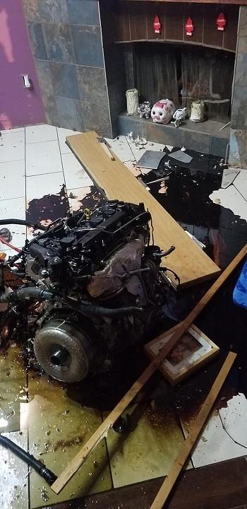 Bị cảnh sát truy đuổi, trộm phóng xe văng cả động cơ vào nhà dân