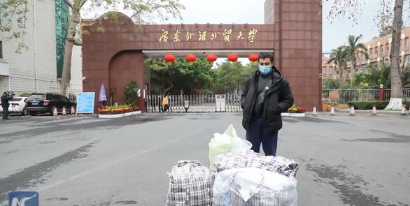 Du học sinh mang 15.000 khẩu trang tặng người dân Trung Quốc