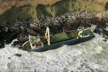 Bão lớn đưa 'tàu ma' giạt vào bờ biển Ireland