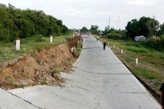 Đê biển Tây ở Cà Mau sụt lún nghiêm trọng, giao thông bị chia cắt