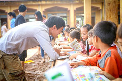 Bibliophile dedicates to bring books to ethnic minority children