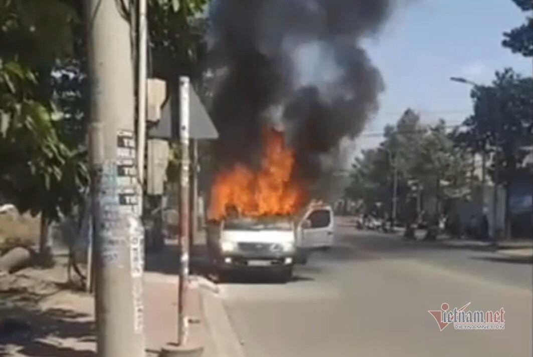 Ô tô bốc cháy như đuốc ở Bình Dương, 2 người thoát chết