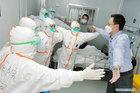 Cái ôm không chạm người của bác sĩ và bệnh nhân Covid-19 được chữa khỏi