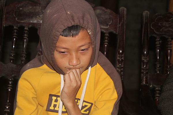 Bé trai máu khó đông khóc nức nở thương mẹ u não, bố bệnh nặng