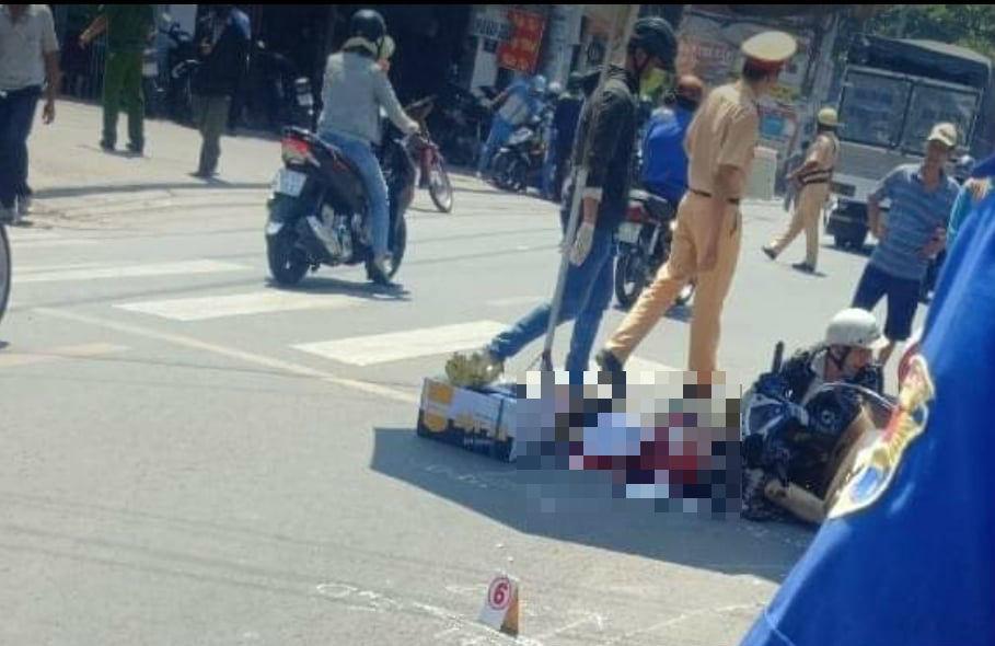 Chồng khóc ngất trước cảnh vợ bị xe tải cán chết ở Sài Gòn