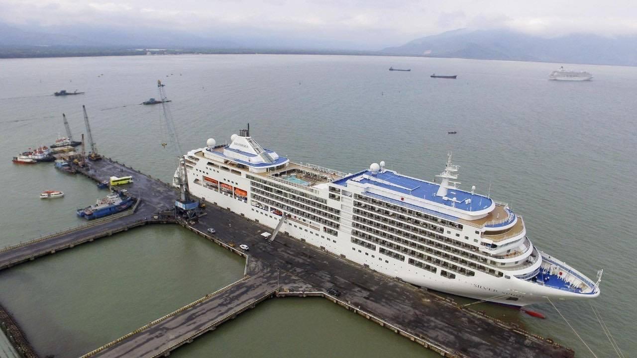 2 du thuyền chở hơn 1.400 du khách và thuyền viên cập cảng Chân Mây