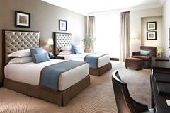 Tiết lộ về 4 chiếc gối vuông thừa trong phòng khách sạn hạng sang