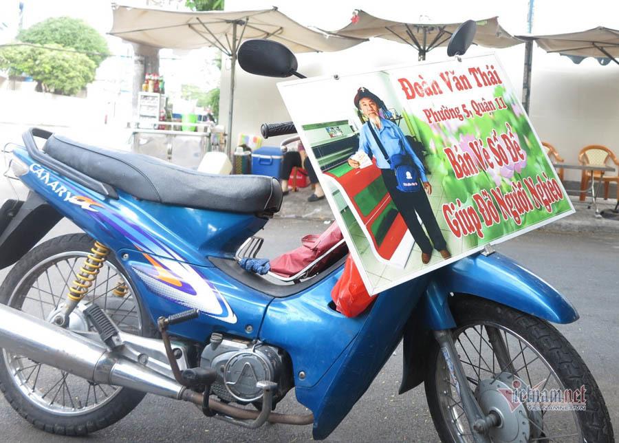 Chiếc xe máy cả ngày rong ruổi cùng ông Thái đi bán vé số.