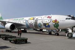 Thót tim ô tô chạy cắt mặt máy bay đang di chuyển ở Nội Bài