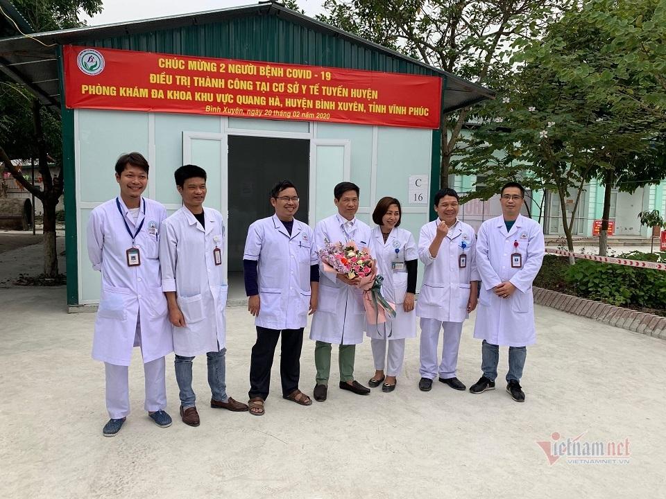 Các bác sĩ nhận hoa chúc mừng vì những thành tích tốt trong công tác điều trị