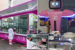 Xem robot nấu ăn tự động phục vụ y bác sĩ trị Covid-19