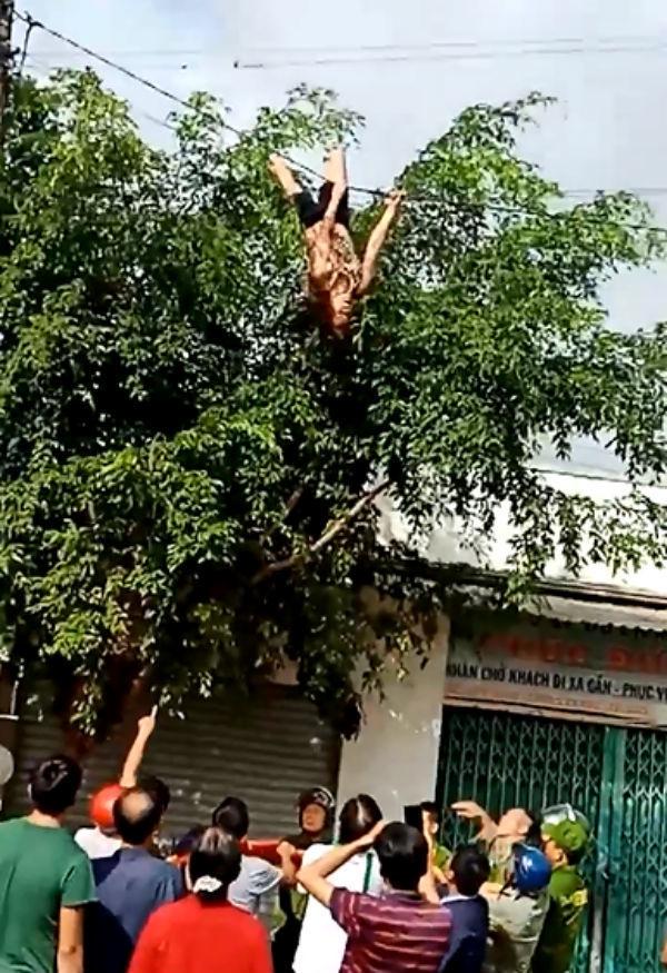 Khiếp vía với người ngáo đá nhảy múa trên nóc nhà, đu cột điện