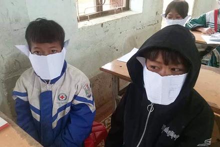 Phê bình cán bộ, hiệu trưởng có học sinh đeo khẩu trang giấy đăng Facebook