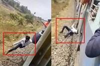 Kinh hãi nhìn thanh niên đu bám theo tàu hỏa đang chạy để rồi bị rơi xuống đường ray
