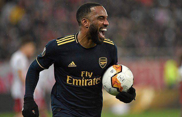 Lacazette hóa người hùng, Arsenal rộng cửa đi tiếp