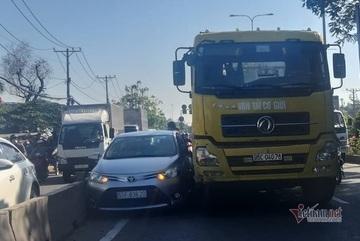 Xe container ép ô tô 4 chỗ kẹt cứng vào dải phân cách ở Sài Gòn