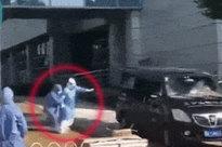 Giám đốc bệnh viện ở Vũ Hán tử vong vì virus COVID-19, khoảnh khắc người vợ chạy theo xe tang khiến người xung quanh đau xé lòng