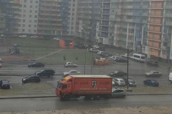 Xe tải bị gió thổi trôi, đâm vào xe con