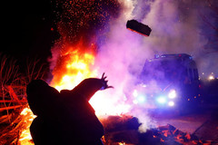 Người Ukraina ném đá, đốt lốp xe chở đồng hương trở về từ Vũ Hán