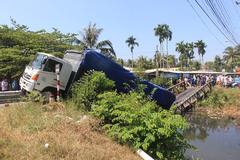 Tài xế 'liều mình' chạy xe tải 15 tấn qua cầu 8 tấn làm sập cầu