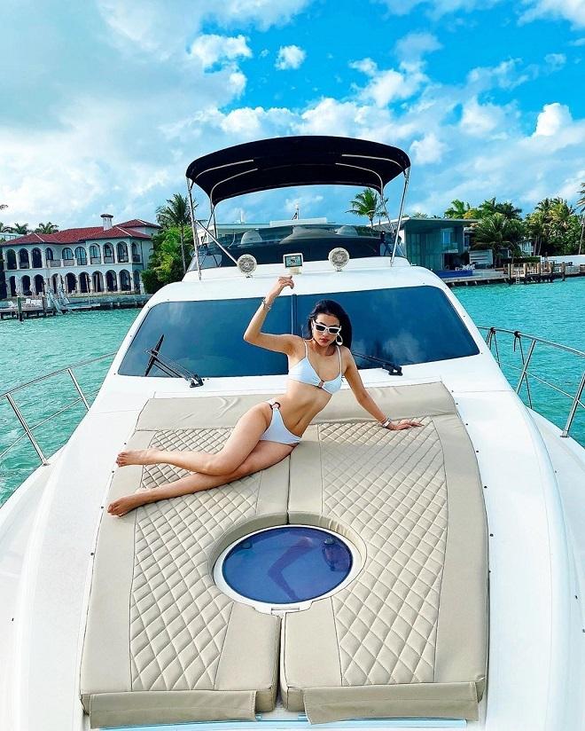 Phạm Hương bikini nóng rực, ôm bạn trai đại gia trên du thuyền