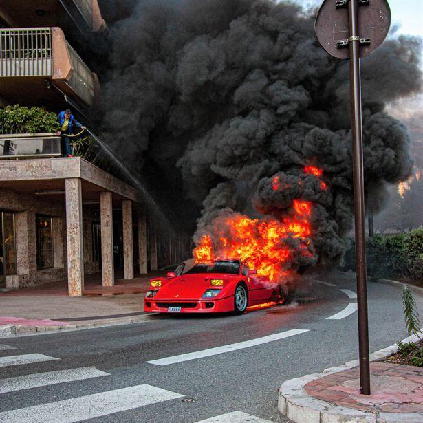 Siêu xe chục tỷ cháy rừng rực, hàng xóm dùng vòi tưới cây ra sức dập