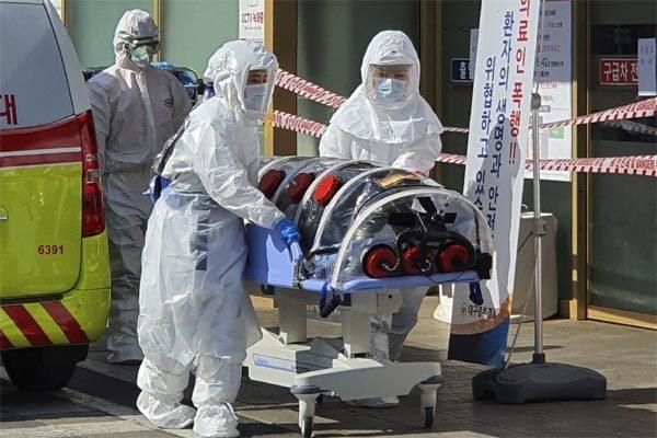 Số ca nhiễm bên ngoài TQ tăng vọt, quốc tế tăng báo động dịch Covid-19