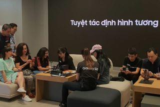 Smartphone màn hình gập Galaxy Z Flip đến tay người dùng Việt Nam