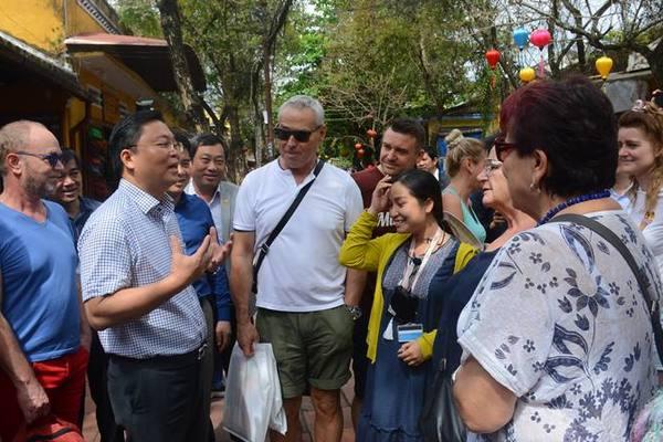 Chủ tịch Quảng Nam dạo phố cổ Hội An, trò chuyện với khách Tây