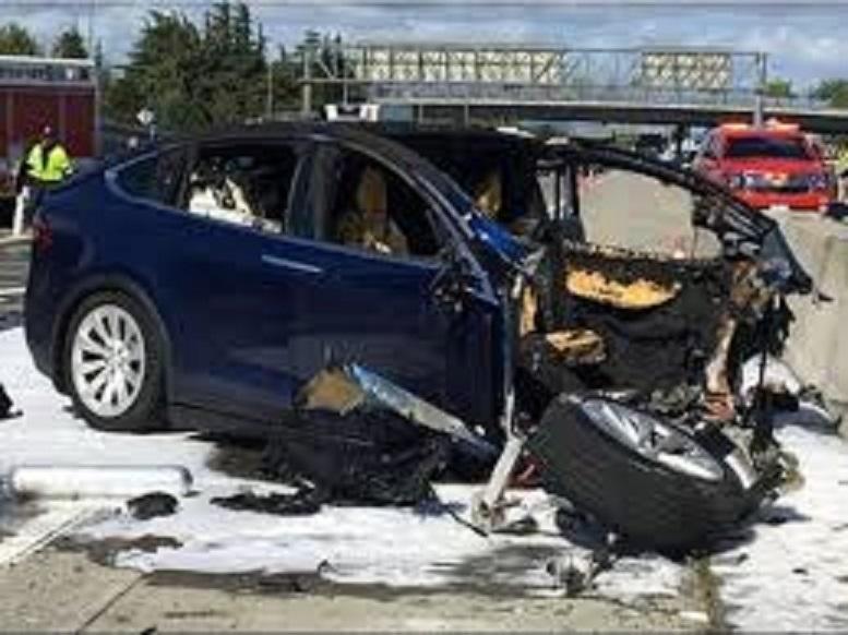Camera ô tô Tesla có thể bị đánh lừa chỉ bởi một mẩu băng dính
