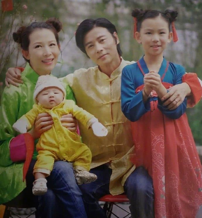 Lộ ảnh nhóc tì thứ ba mới sinh của Thái Thiếu Phân