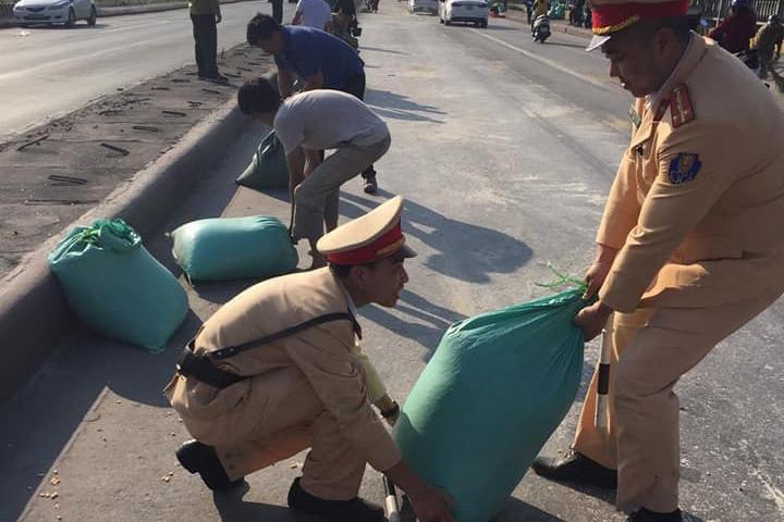 10 tấn ngô rơi kín mặt cầu, người dân và CSGT cùng nhau giúp tài xế