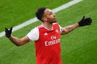 Arsenal thắng kịch tính nhờ cú đúp của Aubameyang