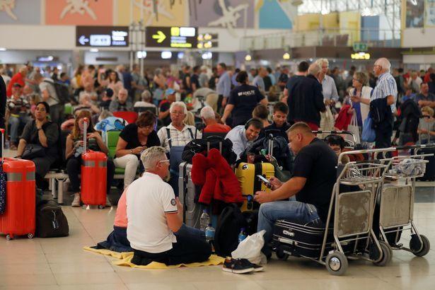 Bão cát như tận thế ở Tây Ban Nha, hàng trăm chuyến bay bị huỷ