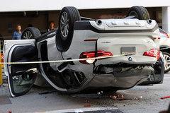 BMW lao từ tầng 3 xuống đất, tài xế nhập viện