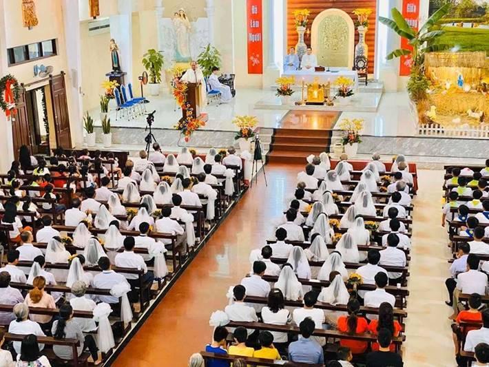 Danh ca Hương Lan làm lễ cưới ở nhà thờ ở tuổi 64