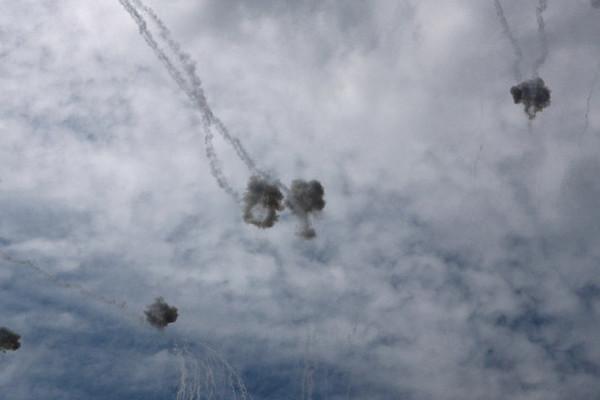 Israel chặn hàng loạt tên lửa bắn từ Dải Gaza