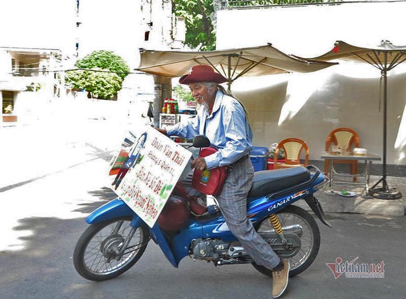 Ông Thái cho biết, dù đi bán vé số nhưng vẫn phải ăn mặc chỉnh tề để khách mua không bị nhàm chán và tôn trọng mình.