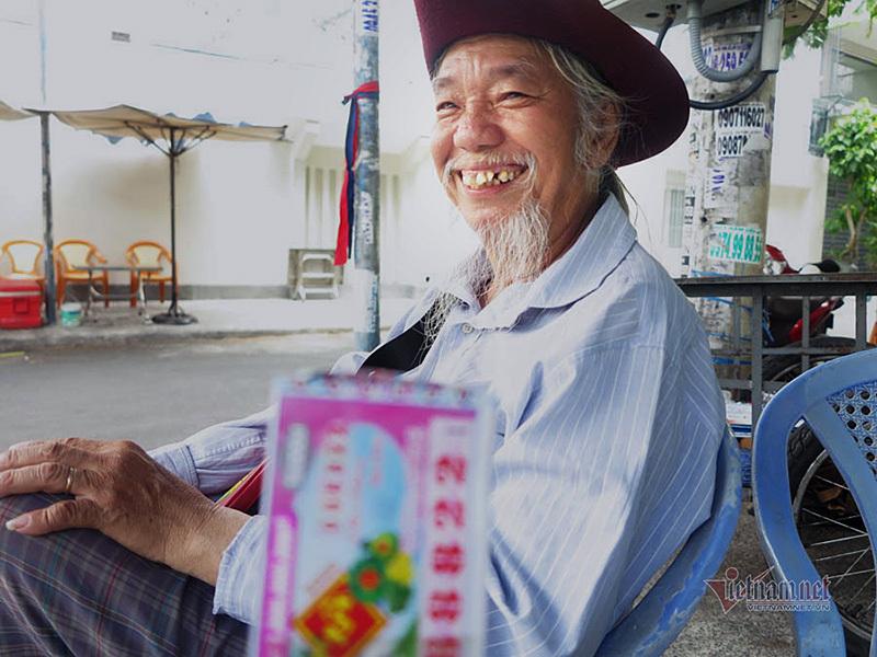 Cụ ông Sài Gòn bán vé số giúp người nghèo: 'Người ta bảo tôi điên'