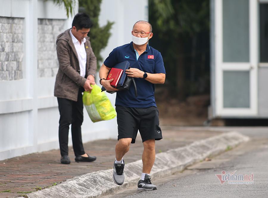 HLV Park Hang Seo đeo khẩu trang, bàn kế sách đấu Malaysia