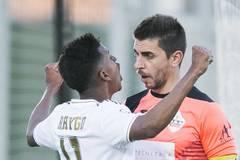 Tiền đạo Real bị cấm dự El Clasico vì ăn mừng phản cảm