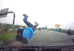 Hà Nội: Bị ô tô đâm hất tung vì băng tắt ngang cao tốc