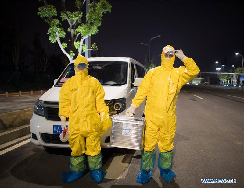 Hình ảnh những người chuyên gom mẫu bệnh phẩm Covid-19 ở Vũ Hán