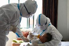 """Những """"thiên thần áo trắng"""" tình nguyện chăm con cho bệnh nhân Covid-19"""