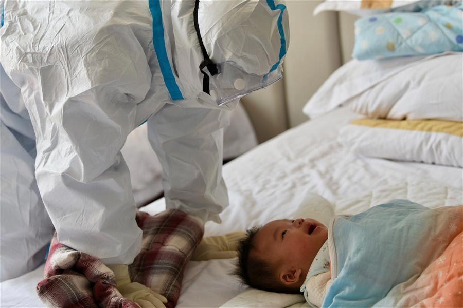 Những 'thiên thần áo trắng' tình nguyện chăm con cho bệnh nhân Covid-19