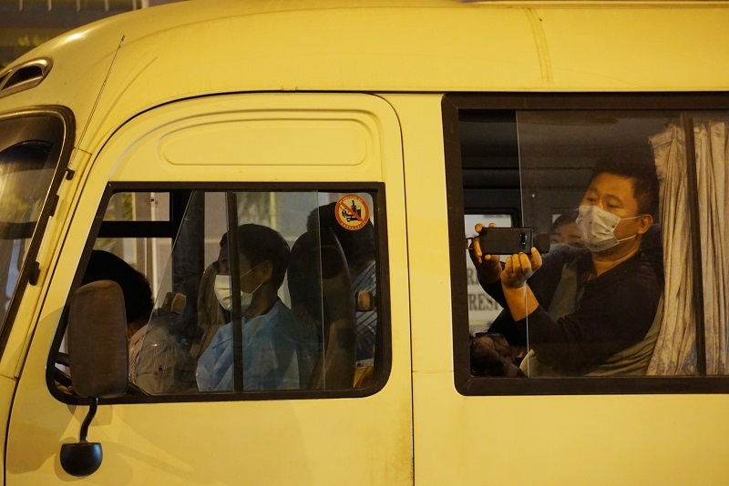 18 khách Hàn Quốc ra sân bay về nước lúc nửa đêm, 2 người xin ở lại